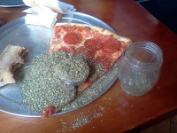 Näin käy kun laittaa oreganoa ananaksettomaan pizzaan