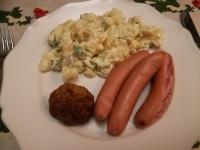 Itse tehty perunasalaatti ja nakit (plus yks eilinen lihapulla)