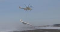 MI-26 kuljettaa TU-134:ää