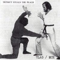 Apina varastaa persikan