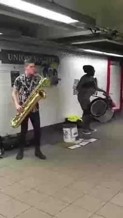 Mokkamuna hallitsee rummut